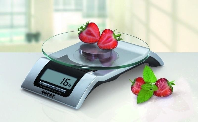 Электронные весы и клубника