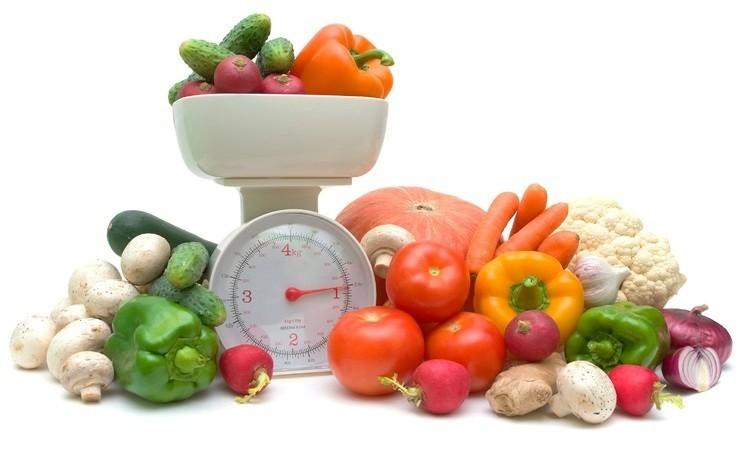 Механические весы и овощи