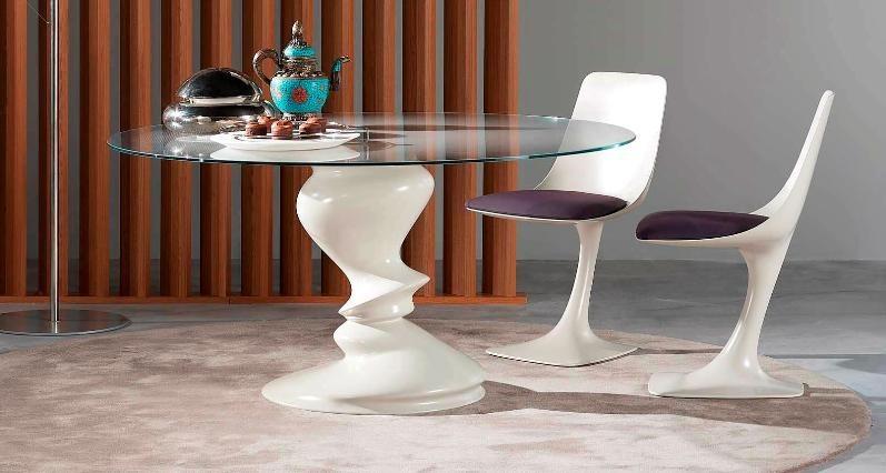 Необычный обеденный стол из стекла