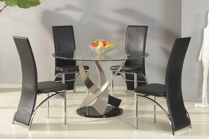 Стол из стекла и кожаные стулья
