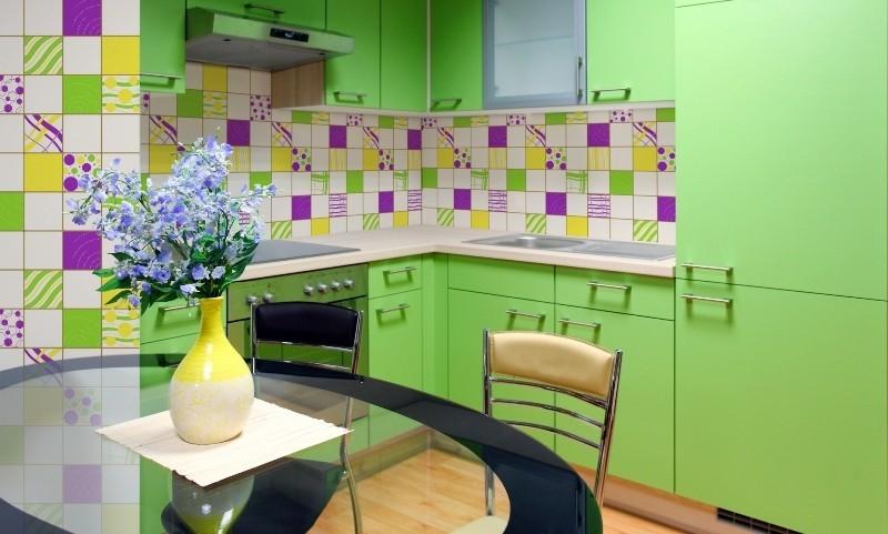 Яркая зеленая кухня и стеклянный стол