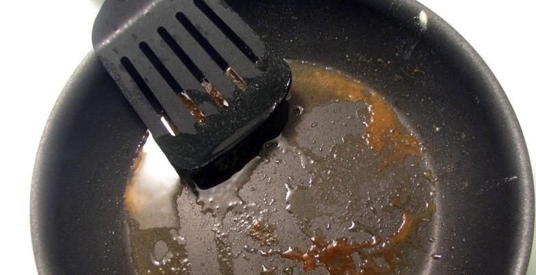 Загрязненная сковорода и лопатка