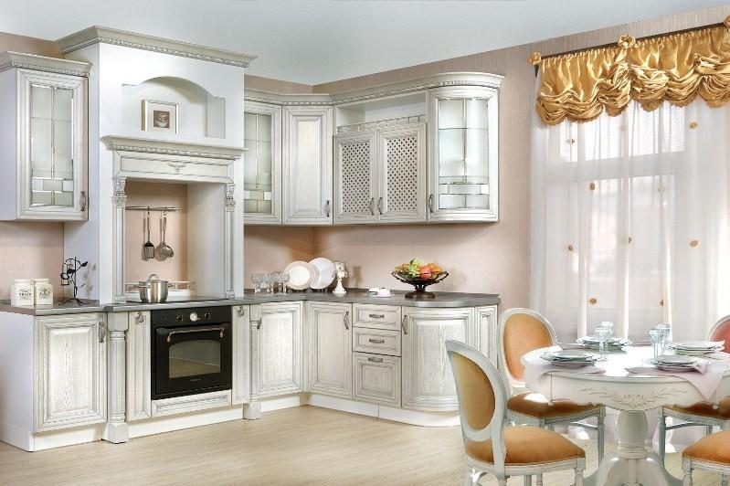 Угловая кухня и обеденный стол