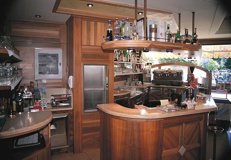 Кухонный лифт в помещении бара