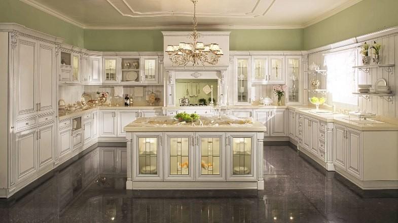 Просторная шикарная светлая кухня в стиле классика