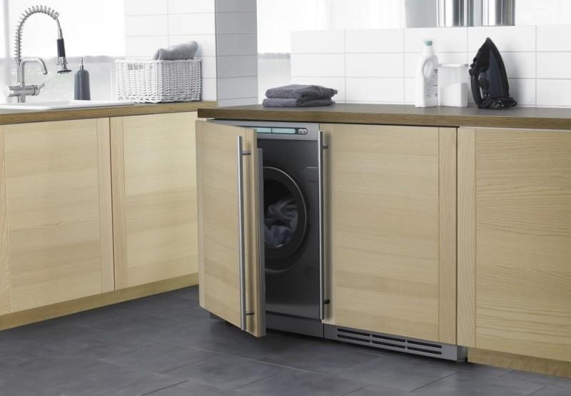 Установленная в шкаф стиральная машинка