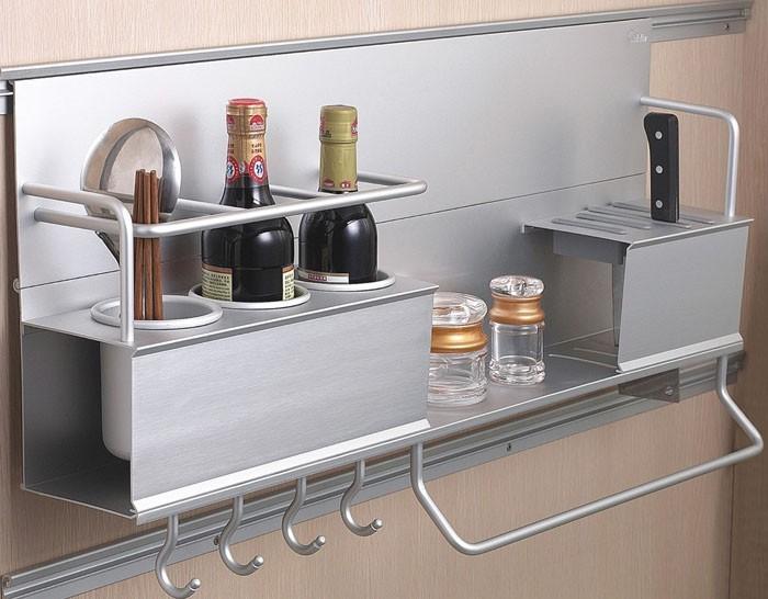 Дополнительные аксессуары для кухни: навесная металлическая полочка и рейлинги