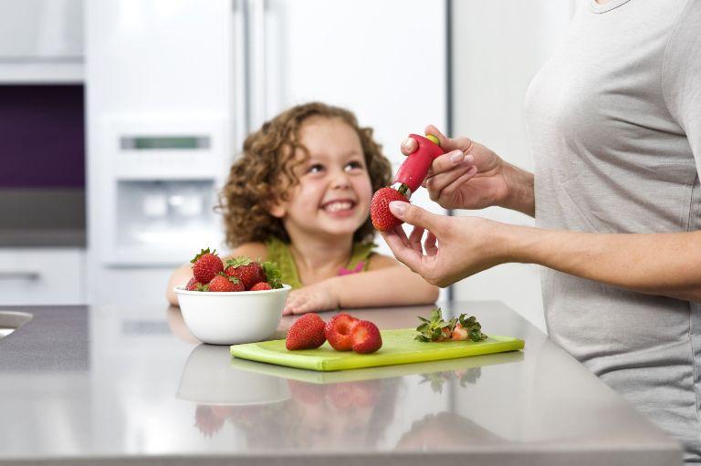 Гаджеты для кухни: приспособление для клубники