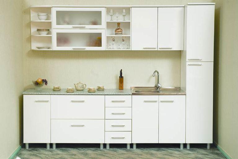 Белая кухня с пеналом
