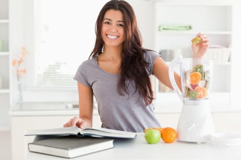 Девушка с блендером и кулинарной книгой