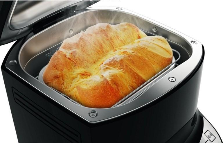 Свежеиспеченный хлеб в хлебопечке