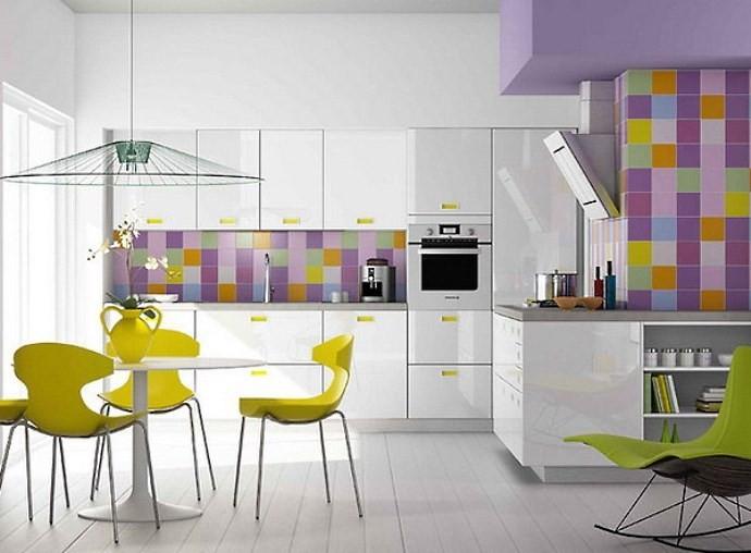 Яркая цветная плитка на белой кухне