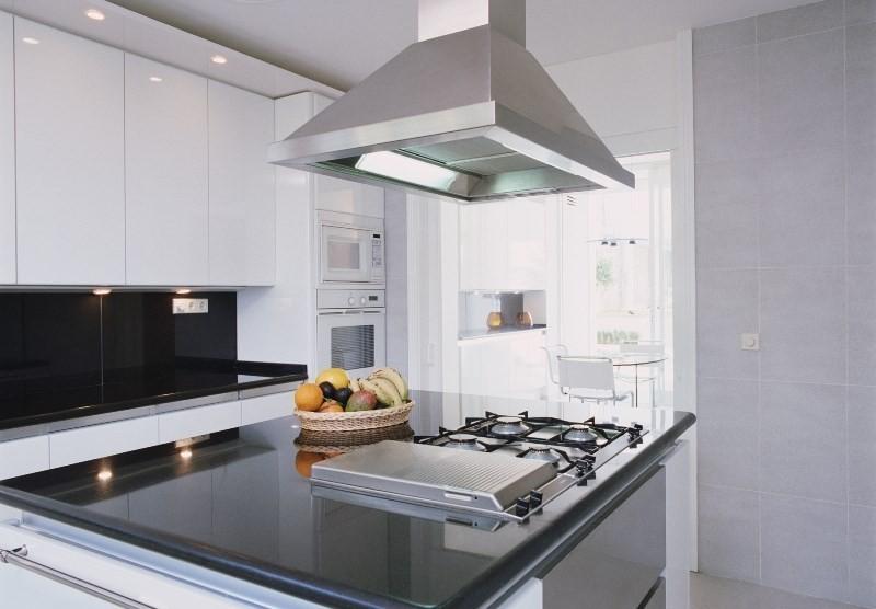 Вентиляция на кухне: подвесная вытяжка