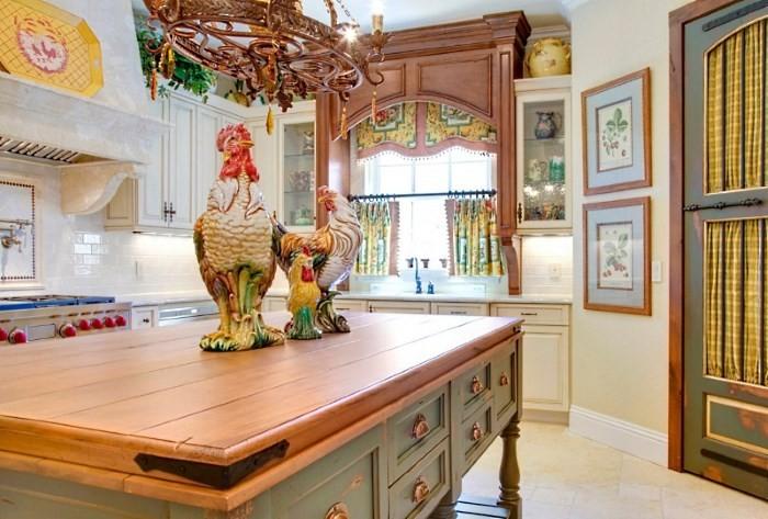 Вариант декора кухни, деревянная люстра, фигурф петуха и курицы из керамики, картины на стенах, цветные шторы
