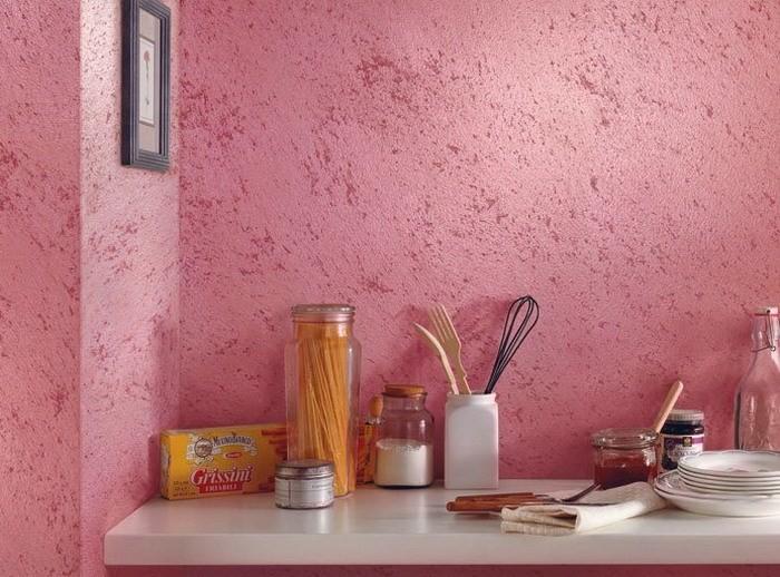 Структурная краска на стенах в кухне