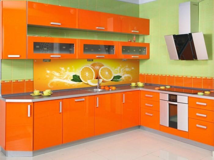 Оформление фартука на оранжевой кухне