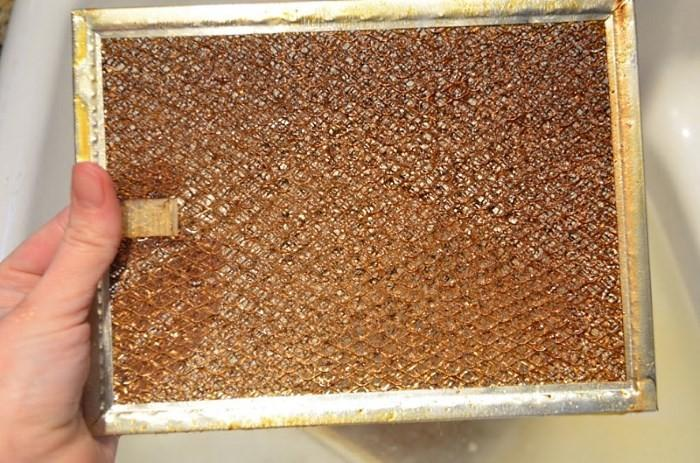 Загрязненный жиром фильтр от вытяжки
