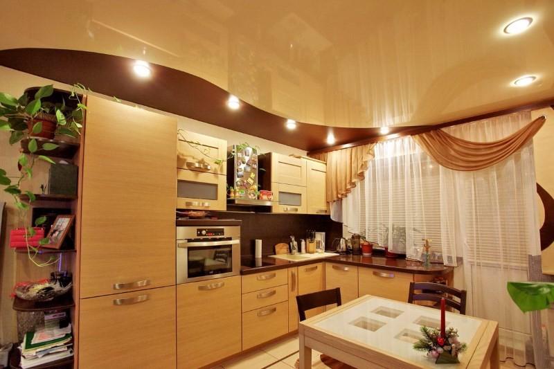 Глянцевый потолок на кухне визуально увеличивает высоту