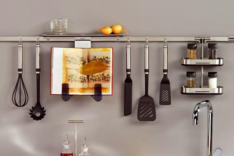 Кухонные аксессуары на горизонтальном рейлинге