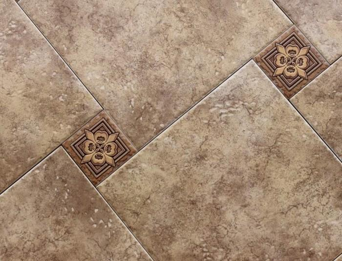Большие и маленькие кафельные плитки на полу