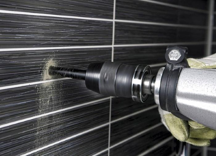 Сверление отверстий в кафельной плитке кухни