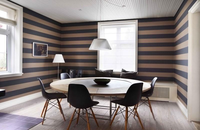 Кухня-столовая с полосатыми стенами