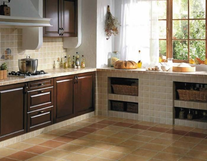 Кухня с отделкой из кафеля
