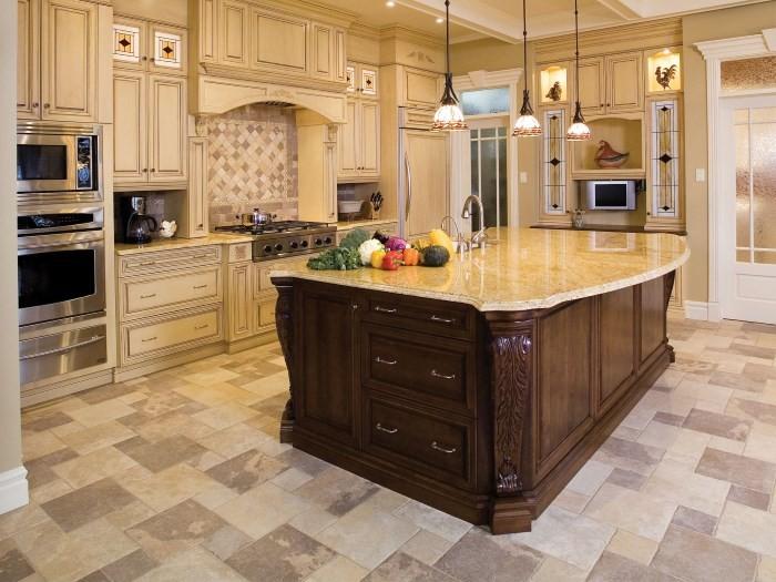 Керамогранитный пол на большой кухне