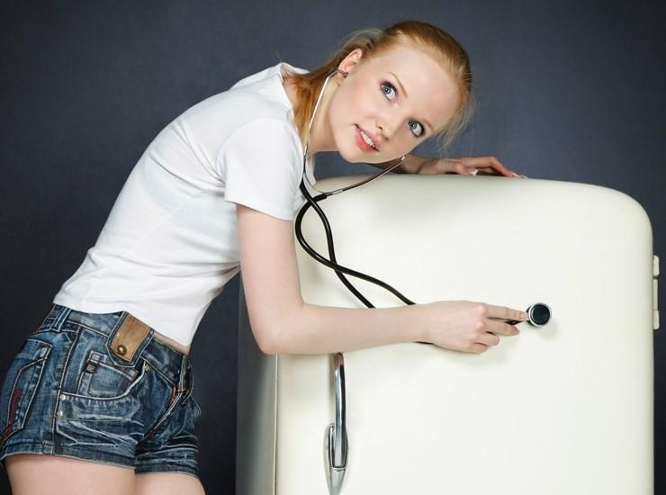 Уровень шума холодильника, девушка с фонендоскопом