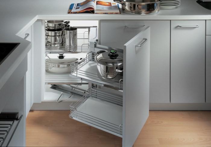 Удобное хранение посуды в шкафу