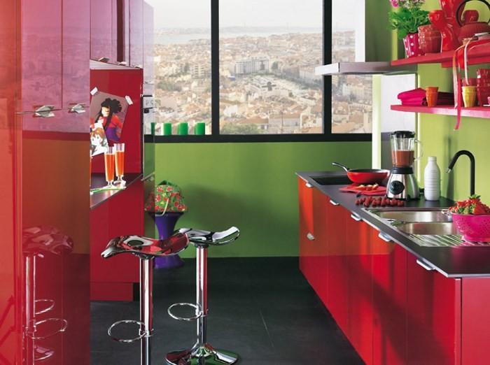 Яркая кухня в красном и зеленом цветах