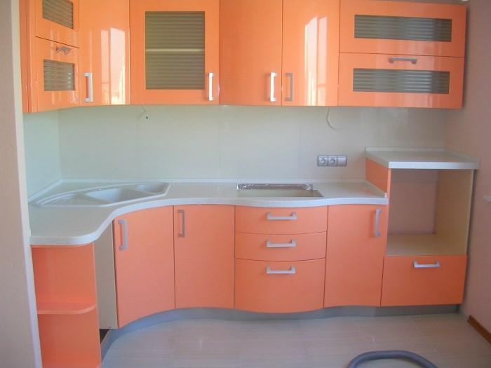 Белый и персиковый в интерьере кухни