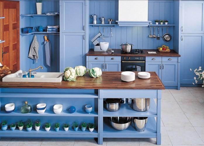 Синяя мебель в стиле кантри на кухне
