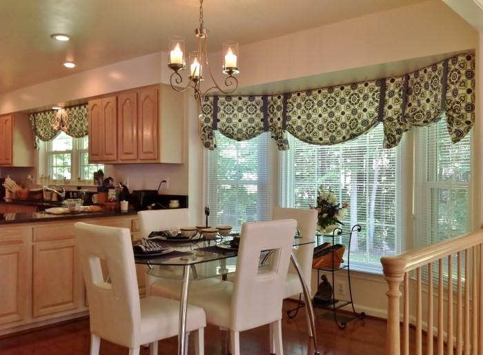 Кухня с окном посередине: оформление подоконника и дизайн штор