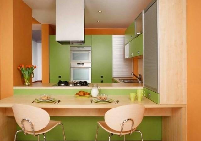 Сочетание персикового и зеленого в интерьере кухни