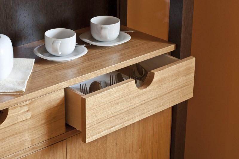 Деревянный кухонный шкаф