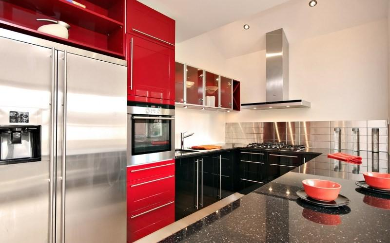 Кухня в стиле хай-тек черно-красного цвета