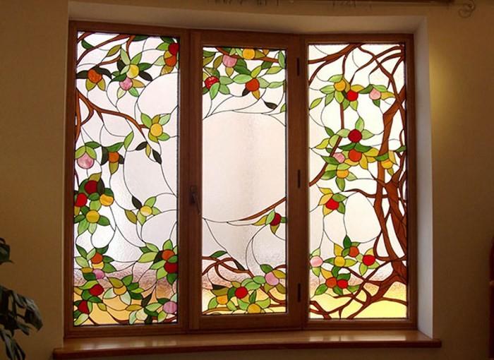 Витражные рисунки на окне