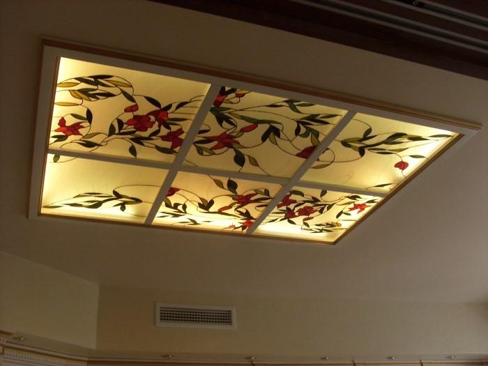 Витражный рисунок на потолке