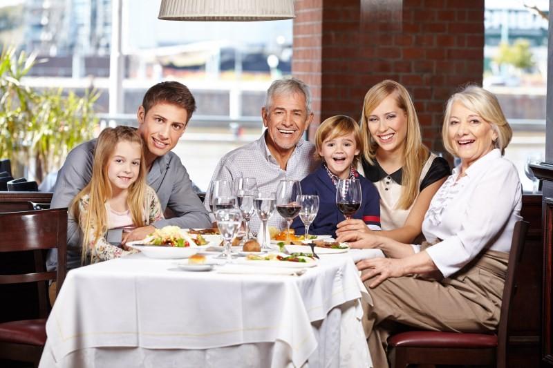 Семья за кухонным столом