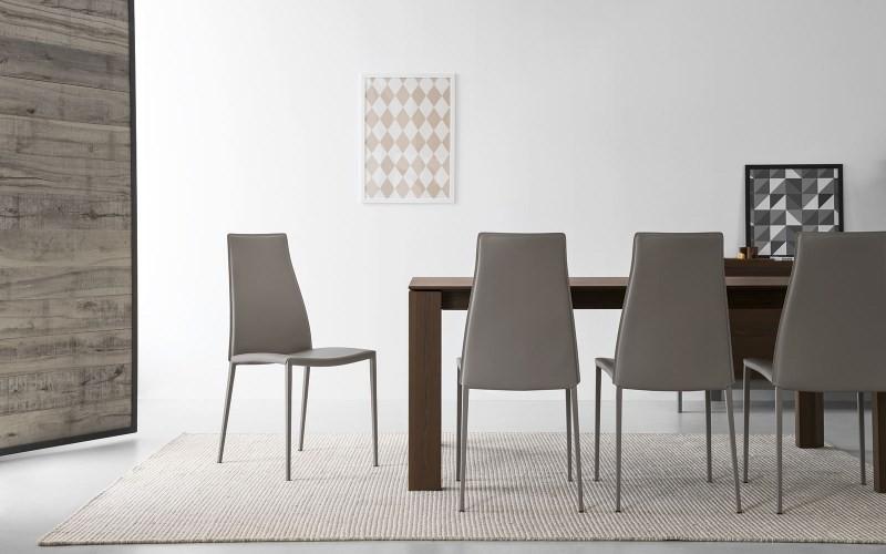 Кожаные стулья в интерьере кухни