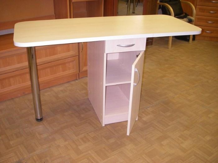 Простой кухонный стол с ящиком