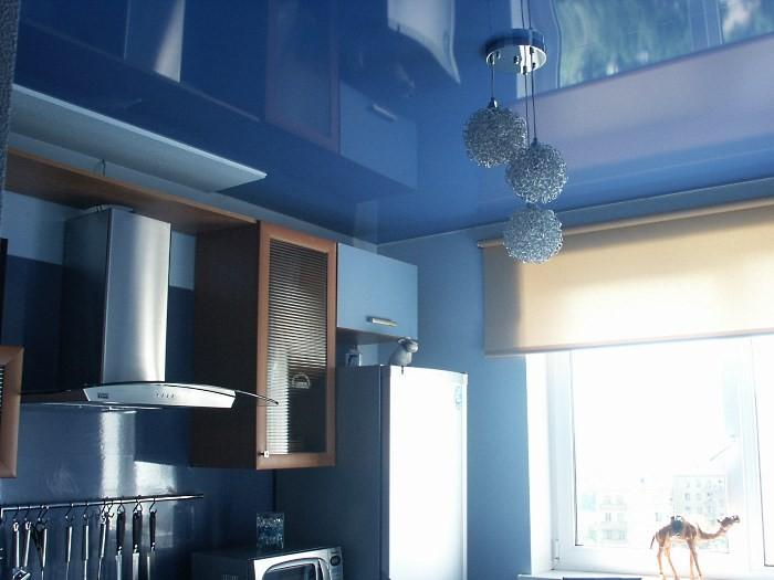 Синий глянцевый потолок на кухне