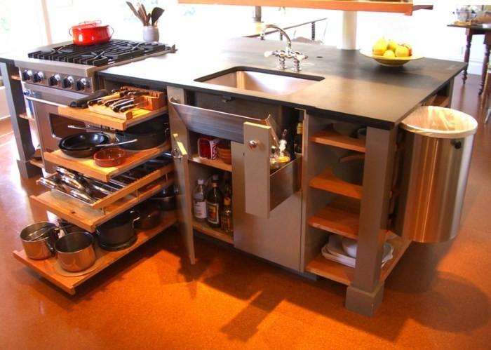 Рабочий стол на кухне с ящиками