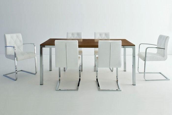 Белые кожаные стулья
