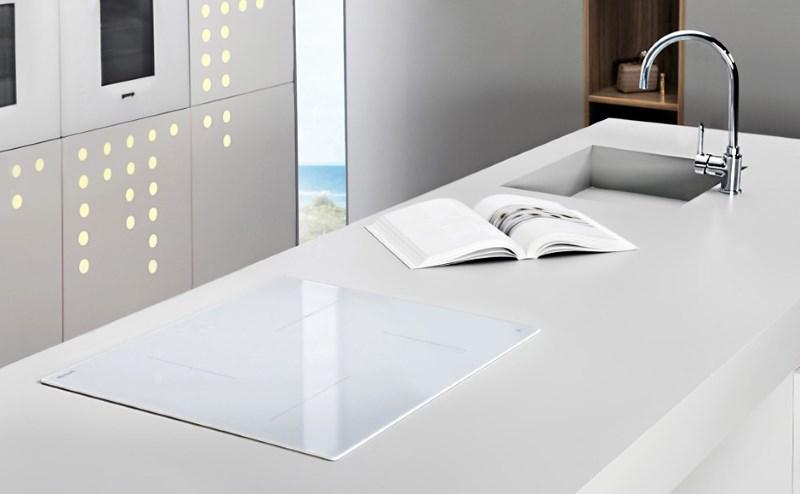 Белая панель из стеклокерамики