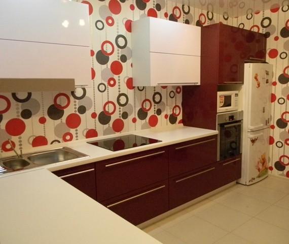 Дизайн кухни с бордовым гарнитуром фото