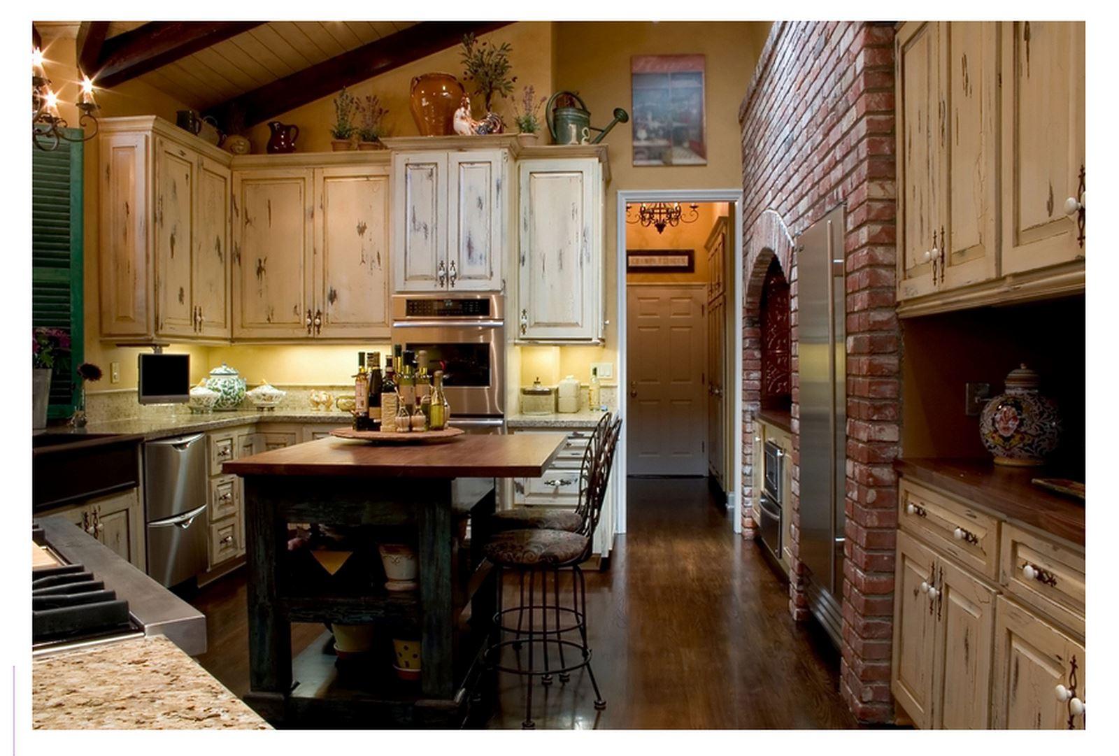 Дизайн кухни деревянного дома в стиле кантри