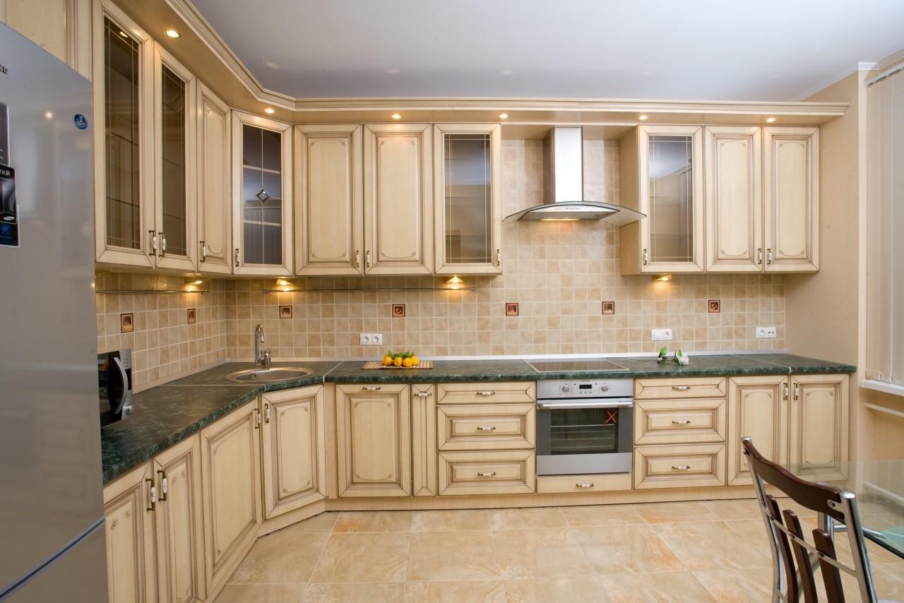 Дизайн угловой кухни в классическом стиле