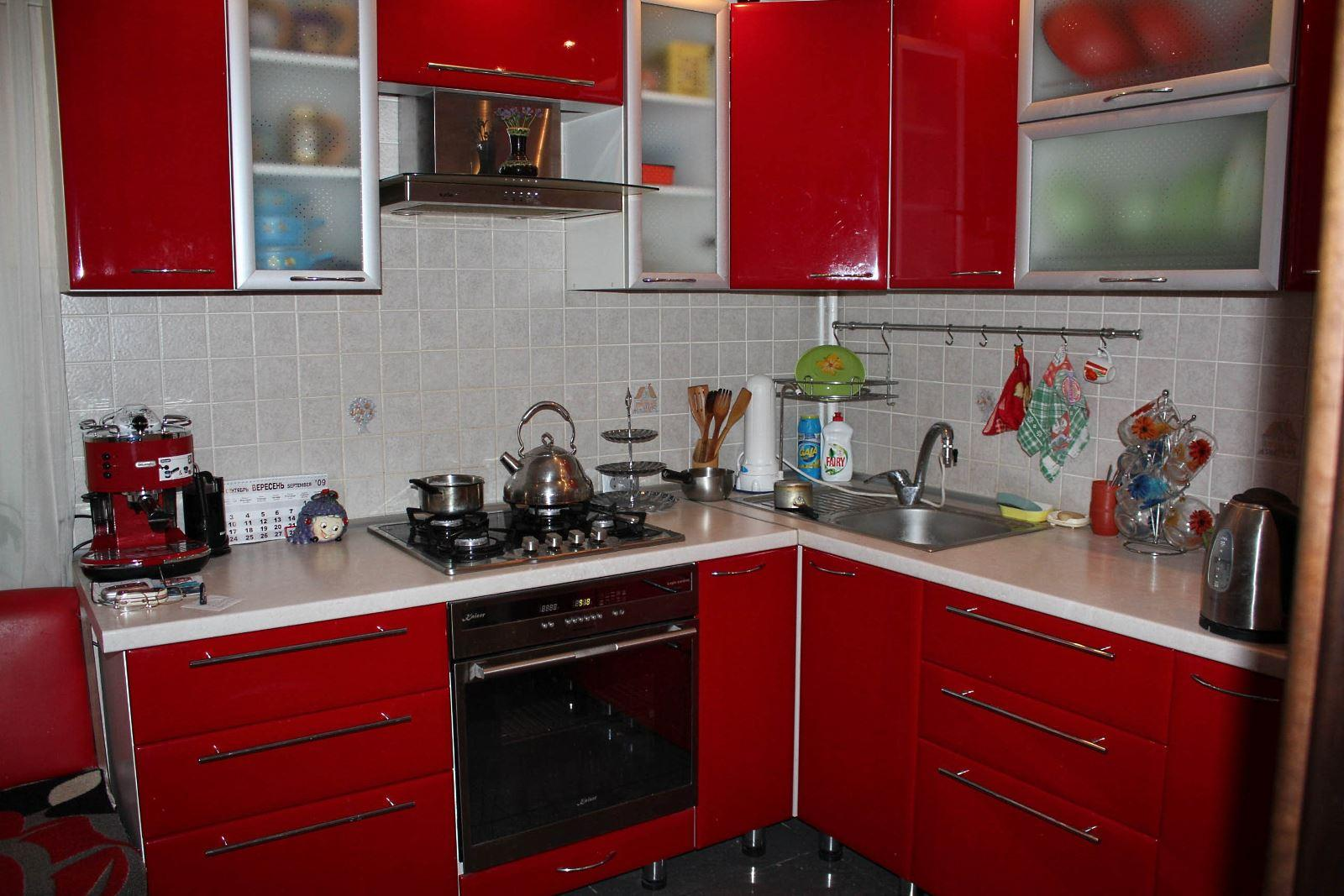 Дизайн красной угловой кухни